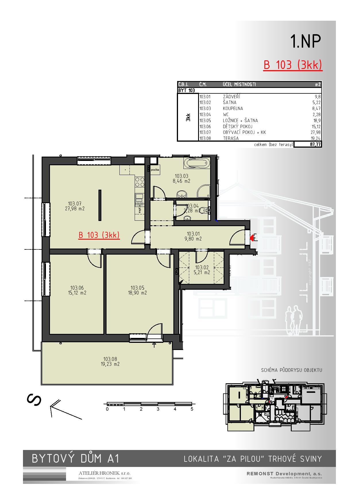 Byt č. 103 je orientovaný na 3 světové strany, díky tomu je zde zajištěna dostatečná světlost bytu po celý den. Tuto skutečnost ještě podtrhuje prostorná terasa (19 m2) s orientací na J-Z. Do bytu vcházíme z podesty 1. NP vchodovými dveřmi, za kterými se nachází po levé straně prostorná šatna a vpravo vstup na samostatné WC a dále do koupelny. Z chodby je také přímý vstup do obývacího pokoje s kuchyňským koutem a samostatné ložnice. Další ložnice má vstup z obývací části. Byt v novostavbě je dálkově vytápěn s vlastním měřením spotřeby tepla. Koupelna se zařizovacími předměty (umyvadlo, WC, vana) je již ve standardu bytu, je možno si vybrat z několika druhů a barevných kombinací obkladů a dlažeb, v případě požadavků na nadstandardní vybavení je možnost navrhnout a zhotovit koupelnu dle přání a představ klienta. Vnitřní dveře jsou dřevěné s obložkovými zárubněmi. Okna a balkónové dveře jsou plastové.  V místnostech budou položeny plovoucí podlahy, dlažba v koupelnách a na WC, keramické obklady.  V bytech budou rozvody společné televizní antény, telefonu a datové sítě. Cena za nemovitost je uvedena včetně DPH, zahrnuje provizi a právní servis, nezahrnuje daň z nabytí. Cena nemovitosti zahrnuje rovněž podíl na oploceném pozemku (zahrada) o velikosti cca 900 m2, vlastní parkovací stání pro každou bytovou jednotku a podíl na společných částech bytového domu. Na danou nemovitost vám zdarma zpracujeme nabídku financování.